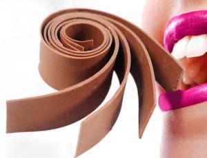Bijzonder dessert chocolade bol gevuld met ijs lovefortaste for Decoratie chocolade
